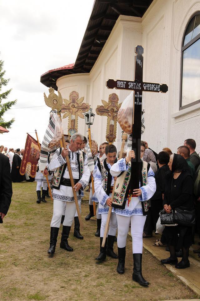 Sute de credincioşi şi un sobor de peste 100 de preoţi l-au condus pe ultimul drum pe preotul Gheorghe Saftiuc