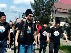 Provocarea lansată de Ștefan Mandachi, îmbrăcat cu cușmă și bundiță