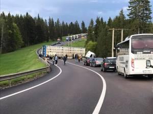 Vehiculul greu a ocupat şoseaua de-a latul, în timp ce cabina a ieşit în decor. Foto: Radio Dorna