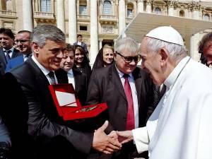Primarul Ioan Paval a înmânat distincţia din partea Primăriei Dumbrăveni Papei Francisc