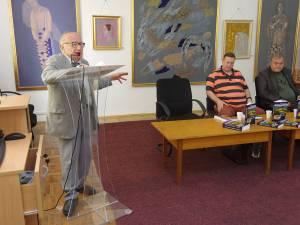 """Scriitorul Ioan Iețcu, doctor în medicină, și-a lansat, joi, volumul """"Înainte să fie prea târziu"""", la Biblioteca Bucovinei"""