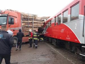 Patru persoane au fost rănite după ce un tir a fost lovit de trenul Suceava – Putna