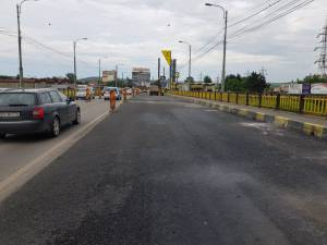 Lucrarile de reabilitare a primei jumatati de pod s-au finalizat marti dupa-amiaza
