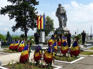 Coroane de flori depuse la monumentul din Cimitirul Pacea, de Ziua Eroilor