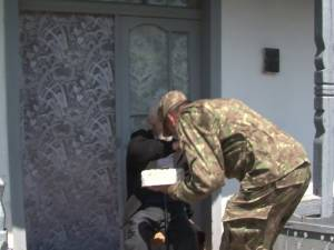 Un gest plin de respect între doi militari care au văzut moartea cu ochii