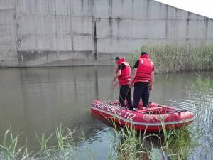 La faţa locului s-au deplasat pompieri militari suceveni, care au început căutările cu două bărci pneumatice