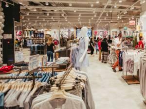 Ținute casual în tendințe, în oferta brandului internațional Colin`s, inaugurat în Iulius Mall Suceava