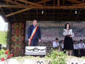 Primarul comunei Șaru Dornei, Ioan-Cătălin Iordache, și deputatul PNL de Suceava Angelica Fădor
