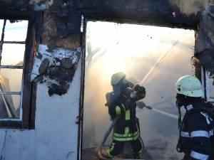 Pompierii au muncit ore bune pentru a lichida incendiul