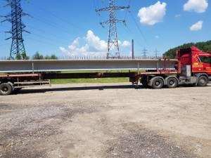 Primele 6 grinzi din beton  de 24 m lungime pentru noul pod au ajuns joi dimineață