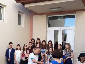 Fiecare elev care a obţinut media 10 la finalul anului şcolar a primit un premiu de câte 500 de lei de la primarul Dănuţ Chidoveţ