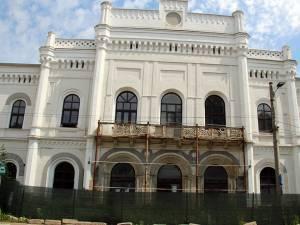 Faţada renovată, cu excepţia balconului, ce trebuie restaurat