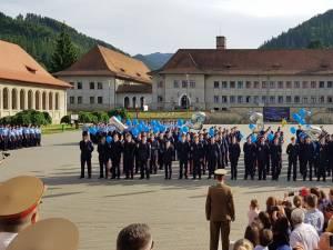 Ceremonialul ultimului apel a reunit alături de elevii claselor a XII-a rude şi prieteni. Foto: Miruna Modiga, Laurențiu Sbiera