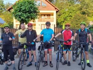Dan Lefter (stânga) a plecat, împreună cu alţi patru prieteni, într-un tur al României cu bicicleta