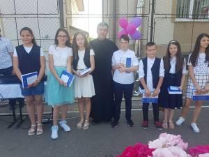 Copiii cu medii de 10 premiaţi de preotul Constantin Bobu