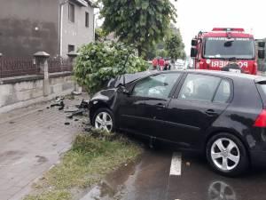 O mamă şi copilul ei, răniţi după ce o maşină a intrat într-un copac