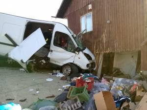 Obosit, bărbatul a intrat violent cu microbuzul pe care îl conducea în peretele unei case din satul Podul Coșnei