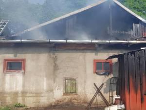 Incendiul a cuprins acoperisul casei si o magazie din apropiere