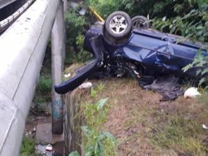 Maşina scăpată de sub control s-a răsturnat sub pod, după ce a lovit un panou publicitar şi o ţeavă de termoficare