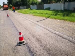 Al doilea strat de piatră concasată se aşterne pe acest drum