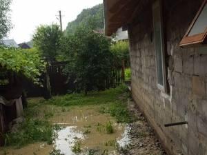 Apa a intrat în gospodării la Gura Solcii