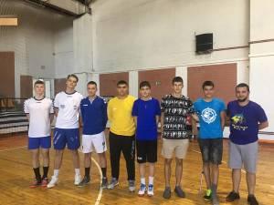 Cei şapte handbalişti juniori de la CSU Suceava şi antrenorul Vasile Boca