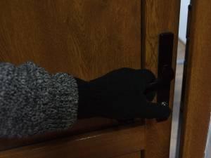 Casa unei femei plecate în Italia a fost călcată de hoţi