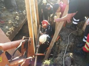 Trei muncitori, prinşi sub un mal care s-a surpat. Unul a rămas blocat sub pământ