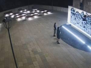 O parte dintre tinerii care au vandalizat statuia ecvestră a lui Ștefan cel Mare