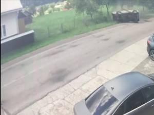 S-a răsturnat violent cu maşina din cauza unei depăşiri inconştiente a unui alt şofer