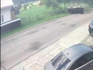 Maşina răsturnată violent