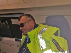 Șeful de post Vasile Grumăzescu, în ambulanţă, imediat după agresiune