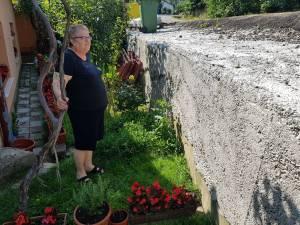 Oamenii au în fața caselor un zid de 1-1,5 metri