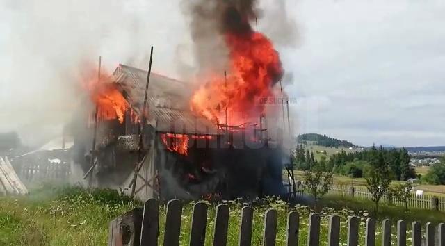 Imagine apocaliptică de la incendiul din satul Prăleni, comuna Poiana Stampei. Proprietarii au suferit atacuri de panică