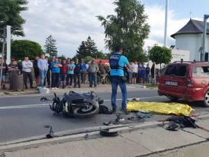 Mopedul s-a izbit violent în spatele autoturismului, iar în urma impactului, tânărul aflat pe moped a fost proiectat pe partea carosabilă