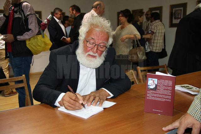 Scriitorul Constantin Bulboacă oferind autografe pe noua carte de aforisme