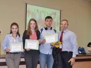 Echipa de la Petru Rares, alături de vicepreședintele olimpiadei, Florin George Popovici