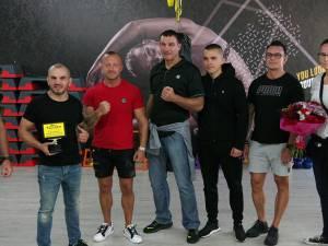 Legendarul luptător Peter Aerts, Ionuţ Pitbull Atodiresei şi Jorina Baars au vizitat un complex sportiv din Suceava