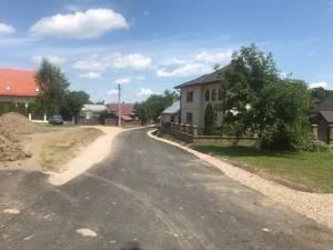 Primăria Dărmănești a finalizat asfaltarea unui drum din satul Măriței
