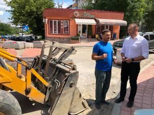 Viceprimarul Lucian Harșovschi supraveghează în teren evoluția lucrărilor de reabilitare stradală din municipiul Suceava