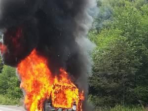 Mașina a ars violent