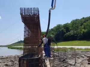 Lucrările la Podul Unirii, peste râul Suceava