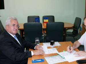 """Primarul Sucevei, Ion Lungu, și Nicolaie Burghelea, director adjunct ADR Nord Est, la semnarea contractului pentru Grădinița """"Dumbrava Minunată"""""""