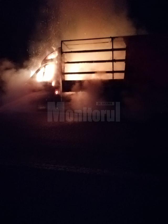 Cabina autoutilitarei a fost cuprinsă de flăcări și a ars în întregime