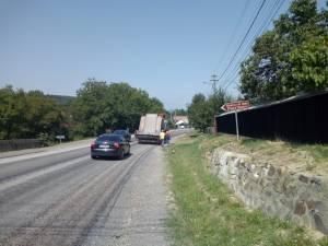 Drumarii toarnă piatră concasată, spre disperarea şoferilor