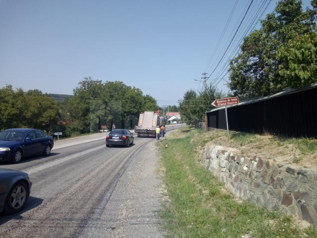 Atenţie la pietrele care sar în parbriz pe drumul Suceava – Dorohoi!