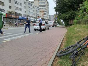 În timpul traversării, o maşină încă neidentificată l-a acroşat în partea din spate a bicicletei şi l-a aruncat pe adolescent pe şosea