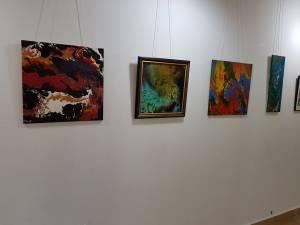 """Expoziția personală """"Simbioze""""a pictoriței Carmen Laura Ohmt, la Rădăuți"""