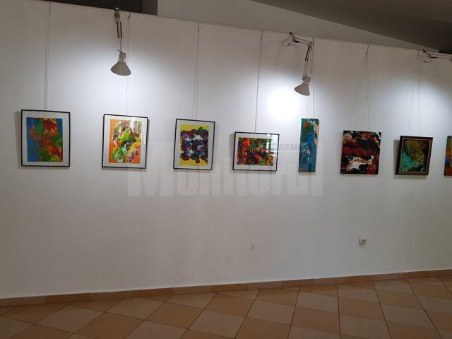 """Expoziţia personală """"Simbioze"""" a pictoriţei Carmen Laura Ohmt, la Rădăuţi"""