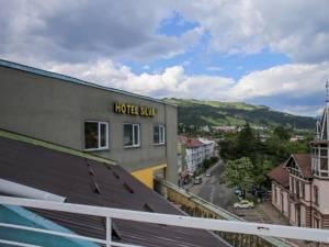 Hotelul pe acoperișul căruia amenința bărbatul că se aruncă în gol